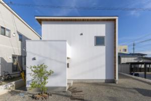 シンプルな外観の自然素材、信州産木材を使ったデザイン住宅