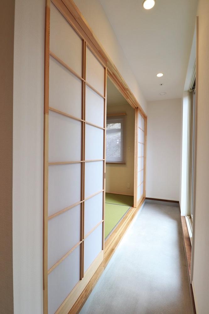玄関から和室まで続く内土間のある家